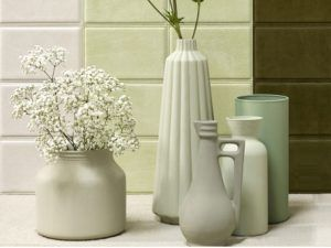 Color verde.  Conjunto de jarrones de cerámica verde agua y celadón para crear un ambiente zen y natural en el salón