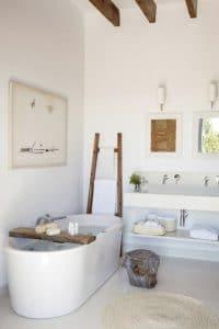 Bañera independiente, colores naturales, pintura blanca, toques de madera y una pequeña planta, ¡la decoración es decididamente zen en este baño ultra relajante!