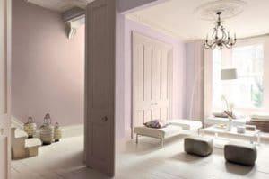 Ambiente delicado en el salón alrededor de una decoración rosa y marfil.  En las paredes, una pintura rosa polvo Ref: Sutil