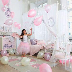 Este dormitorio de princesa rosa es amplio y luminoso gracias a muebles y accesorios bien elegidos.  ¡Atrévete a usar la cama con dosel y la divertida alfombra Rayuela!