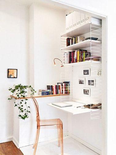 El rellano, un lugar súper inteligente para montar una pequeña oficina que no carece de encanto cuando falta espacio en la casa.  Aquí hay un rincón de oficina blanco muy decorativo y súper práctico.