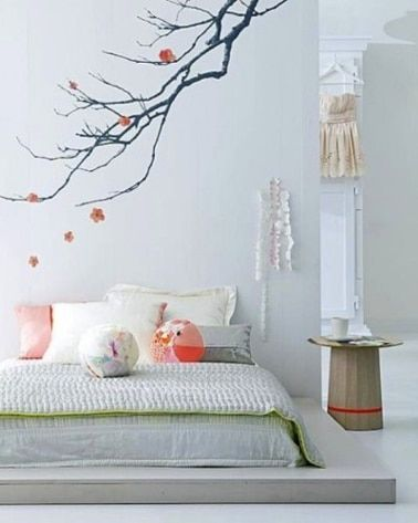 Dormitorio blanco y gris, ambiente zen.  Pintura gris perla, techo y mueble antiguo pintado en blanco puro.  El colchón se coloca sobre una plataforma de madera y se pinta de un gris más oscuro.  Detalles en verde suave y rosa para cojines y colchas