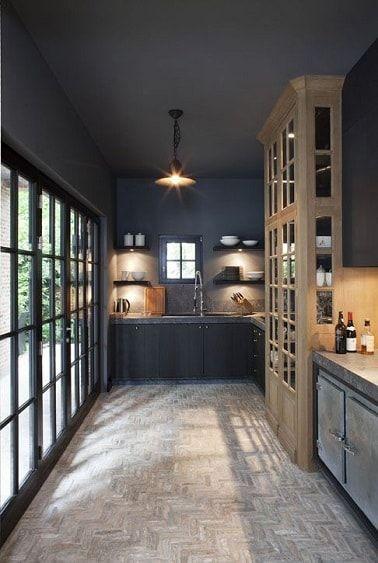 Esta cocina de cuerpo entero utiliza gris carbón como pintura en la pared y el techo.  Una cocina moderna y auténtica en gris con muebles de madera.