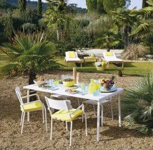 Instale un espacio pequeño, agradable y cómodo en el jardín para sus comidas en familia o con amigos y aproveche al máximo el sol en los días soleados.