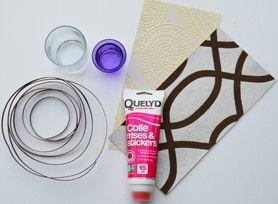 Materiales necesarios para hacer un árbol de Navidad con trozos de papel tapiz.  : Cola para friso Quelyd, hilo de nailon y cinta de metal