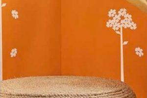 Foco en un cojín de suelo de bricolaje con cuerda natural y una llanta de desecho