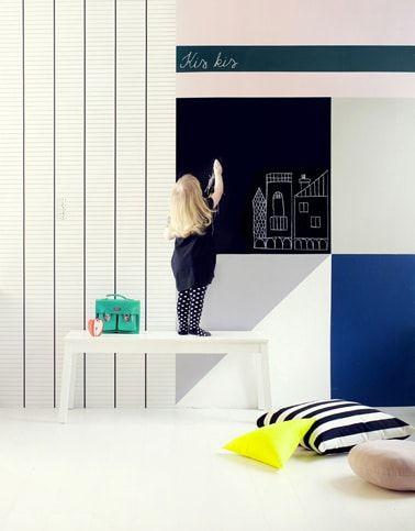 Bricolaje para hacer una pared de actividades de pintura y dibujo en la habitación de un niño con pintura de pizarra y papel tapiz