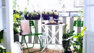 Una brisa en tela a rayas blancas y grises, sillas y jardineras en colores brillantes para un bonito balcón, las baldosas de madera con clip añaden comodidad y resaltan los muebles de jardín Ikea en verde y blanco.