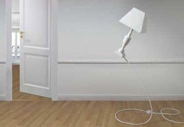 La lámpara Pantomenal 3 da la impresión de ser ingrávida.  se vende con bombilla LED.  existe pantalla de lámpara negra o blanca