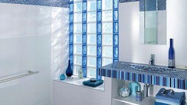 ladrillos de vidrio para reemplazar ventana en un baño.  adoquín de vidrio balnc y azul Lapeyre