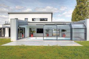Dispuesto como una habitación adicional, esta cubierta de piscina estilo veranda permite ampliar la casa y garantiza una buena temperatura del agua y la natación durante todo el año.