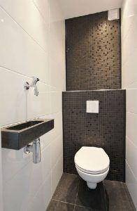 Azulejos en blanco y negro para la decoración de estos sanitarios de diseño colocados en toda la altura de las paredes.  En el suelo, se da preferencia a las baldosas de color gris antracita para crear un ambiente cálido.