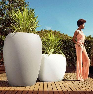 Ultra diseño, estas macetas gigantes amueblan el exterior y dan cabida a plantas grandes.  ¡Un diseño de jardín moderno y actual para adoptar en la terraza de madera!