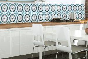 Un papel tapiz con patrón de baldosas de cemento en la cocina es una idea decorativa de moda para renovar un salpicadero o incluso las paredes.  En vinilo es lavable y resistente.