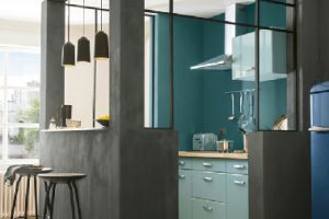 Verde y gris marengo para las paredes y el mobiliario de cocina con la pintura multimedia de la colección Scarabée Colors de Castorama