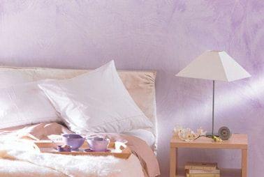 Pintura efecto borrado en las paredes de una habitación de color Glycine en la colección Transparence de Maison Déco