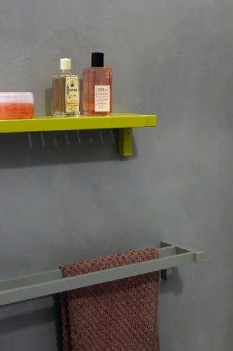 Masqu'carrelage, pintura para baldosas que elimina las juntas de baldosas viejas.  En este baño, la loza antigua está revestida con la pintura para baldosas Maison Déco en gris antracita.
