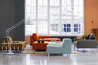 Yeso mineral para paredes de salón color gris cemento y arcilla a juego con los colores del sofá y sillones