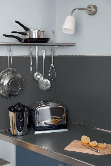 Una nueva generación de pintura para la cocina adecuada para repintar paredes, puertas y ventanas, así como para salpicaderos de azulejos y encimeras.  Con una carta de colores de 11 colores, esta pintura 100% V33 resistente a las manchas se une a la gama Kitchen Renovation