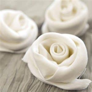 Doblado fácil de la servilleta: enrolle una servilleta blanca en una salchicha y luego envuelva la servilleta en una espiral