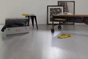 Vitrificar un suelo de parquet con un producto de tinte gris hormigón es la mejor manera de renovar un suelo de madera en un estilo industrial.  El vitrificador V33 Esprit Loft innova con estos nuevos y modernos colores para la protección de suelos de roble, laminados y madera exótica.