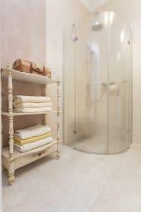 Consejos para evitar la acumulación de cal en el baño