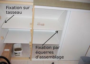 Dos formas de fijar las baldas de un vestidor inclinado, bien mediante escuadras de montaje o bien mediante listones de madera que se fijan ellos mismos mediante tacos.