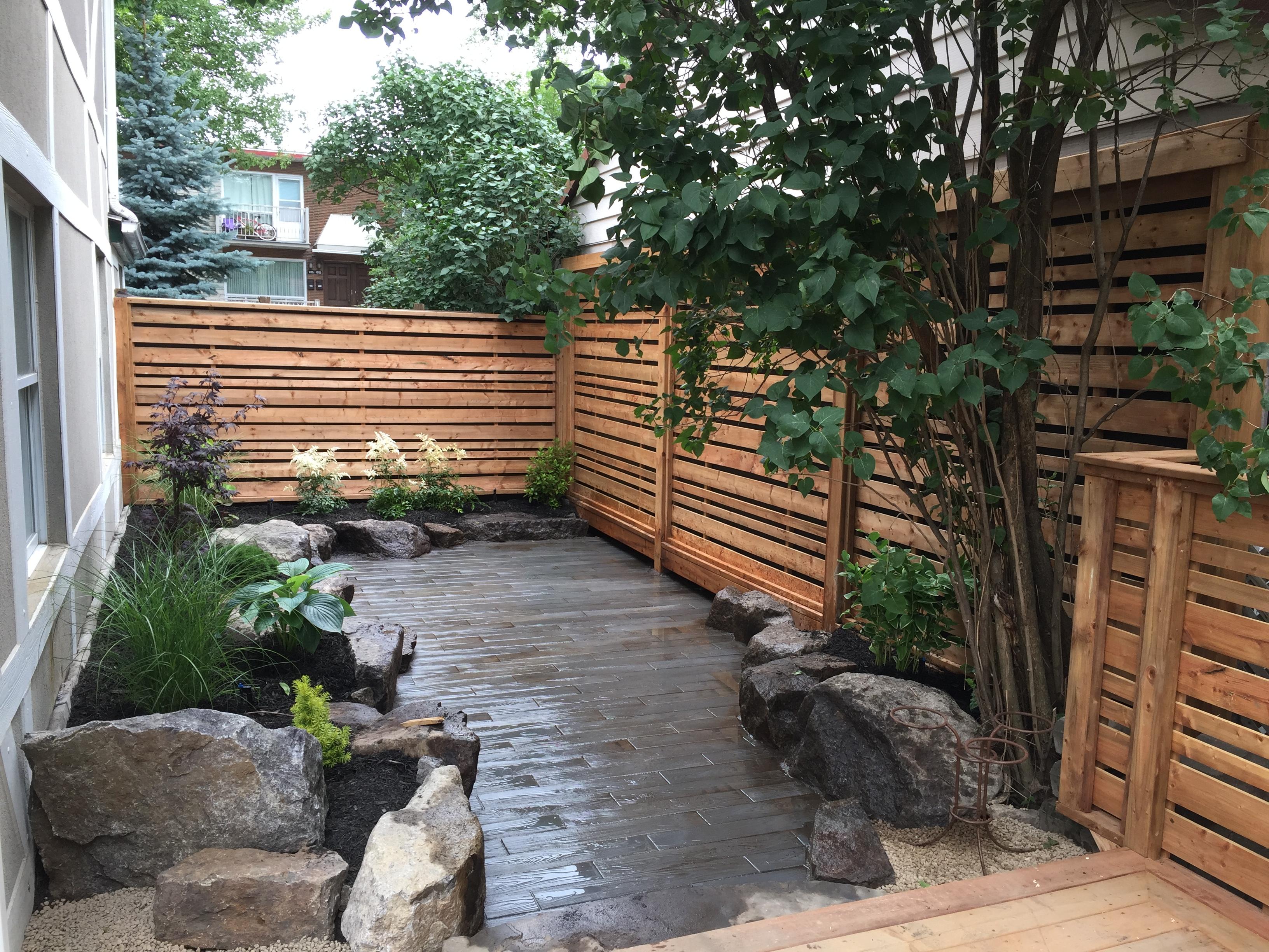 Patio trasero con valla de madera