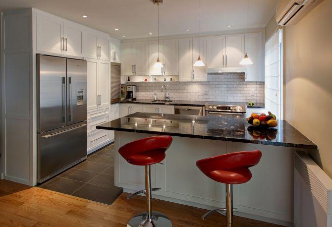 Cocina con mueble blanco con asientos rojos