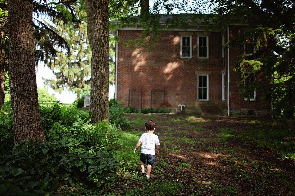 niño pequeño corriendo_Cita de renovación