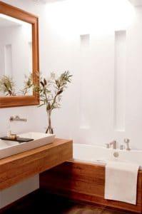 ¡Actitud zen en este bonito baño que mezcla blanco y madera en la decoración!  Parquet y bañera pequeña para un estilo refinado y una habitación agradable