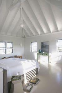¡Aproveche al máximo su ático acondicionando un bonito dormitorio con una decoración totalmente blanca!  Un ambiente zen y luminoso para descansar y relajarse en su pequeño capullo blanco.