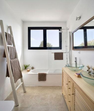 Los colores naturales son la decoración de este pequeño baño amueblado con lo mínimo, una bañera, una unidad de almacenamiento y una escalera, ¡para el máximo espacio!