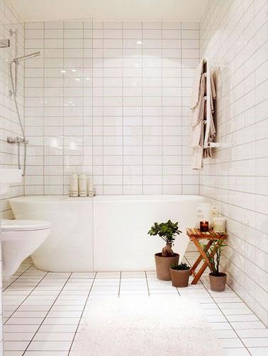 ¡Aspecto totalmente blanco en este baño con azulejos desde el suelo hasta el techo!  Nos encanta la bañera independiente y el inodoro elevado para un ambiente refinado.