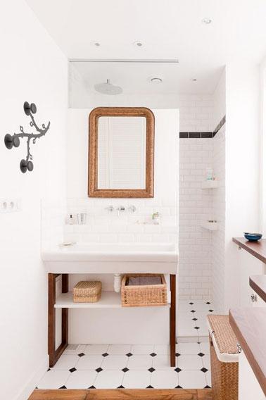 ¡Aquí hay un baño pequeño que sabe aprovechar su pequeña área sin dejar de ser ultra decorativo!  ¡Los mosaicos de metro y un diseño bien pensado son geniales!
