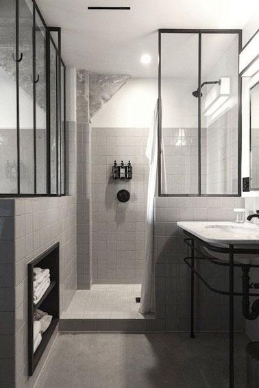 El techo de cristal interior da estilo a la decoración de este baño completo con nicho de almacenamiento y ducha italiana para una optimización total del espacio.
