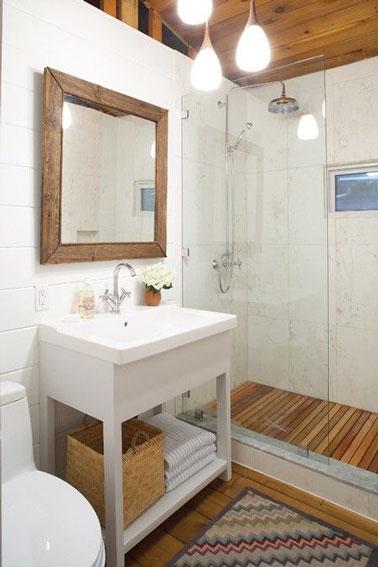 ¡El parquet y losas de listones colocados en la ducha italiana aportan un estilo acogedor a este pequeño baño amueblado con buen gusto y súper práctico!