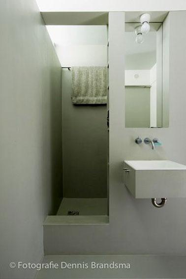 ¡Diseño superior en este pequeño baño verde y gris al que no le falta encanto!  Un espacio optimizado para un espacio agradable y moderno.