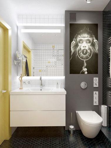 ¡Mobiliario elevado para ahorrar espacio en este pequeño baño que apuesta por una decoración divertida y original con toques grises y amarillos!