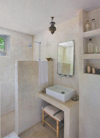 Ambiente de spa en este pequeño baño equipado con una ducha italiana cuyas paredes están revestidas de estuco gris para una decoración suave, ¡calmante original!