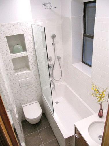 ¡Los muebles elevados de este lindo baño blanco te permiten hacer espacio en el piso y liberar espacio para un espacio práctico y decorativo!