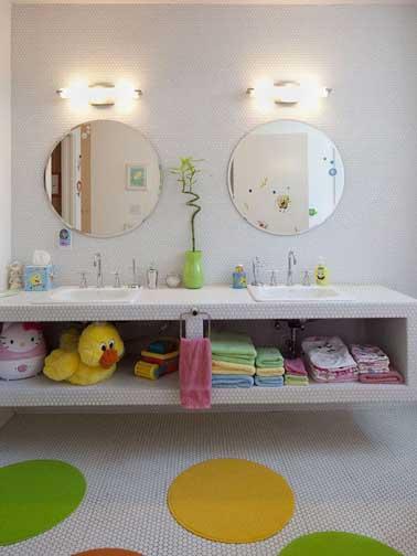 Un mueble de baño equipado con almacenamiento abierto es práctico para un niño, con toallas y accesorios de baño en colores suaves, es aún más divertido.