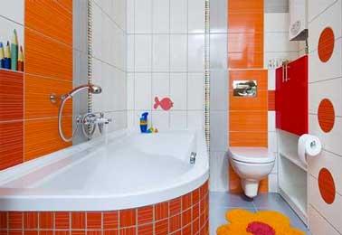 Para la decoración de un baño habilitado para niños, ¡el color tiene carta blanca!  Una mezcla de azulejos naranjas y blancos, artículos de tocador rojos, todo vale.
