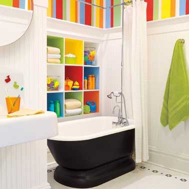 Para diseñar un baño retro para niños, el color es una fuente de inspiración.  Repintamos la bañera en negro para darle un toque moderno, y la pintura y el papel pintado en colores divertidos hacen el resto.