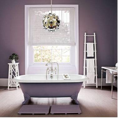 ¡Renovar la bañera y el baño con una unidad de color es zen!  Ejemplo con este baño con pintura de bañera en el mismo tono de violeta que el utilizado para repintar las paredes.  Los accesorios decorativos y la carpintería blanca dan relieve a la estancia.