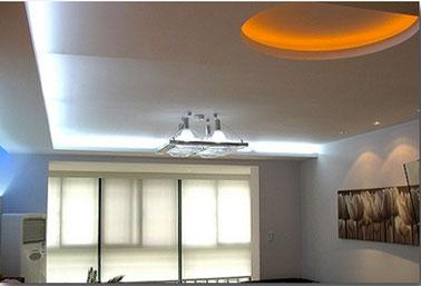 Iluminación Led flexible color blanco en falso techo y naranja en luz