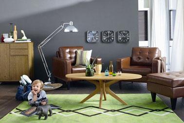 Una alfombra para alegrar una sala de estar con poca luz.  Otra solución, cortinas de luz para traer luz exterior.