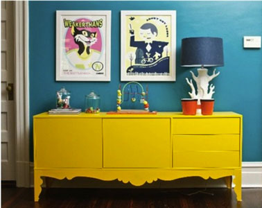 Renueve una sala de estar fácilmente pintando un mueble viejo en un color llamativo