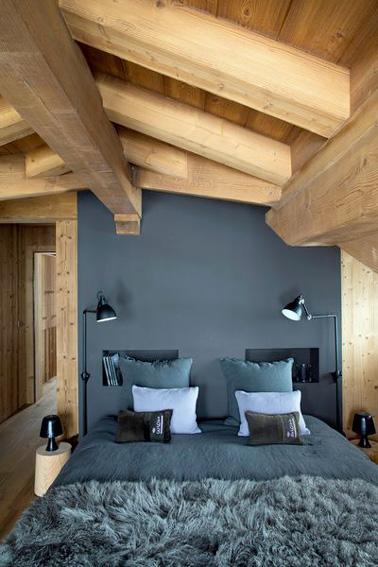 Aquí hay una bonita habitación acondicionada en el ático para recibir a sus invitados en una habitación que tiene carácter y que está muy bien decorada.  ¡Algo para que se sientan realmente a gusto!