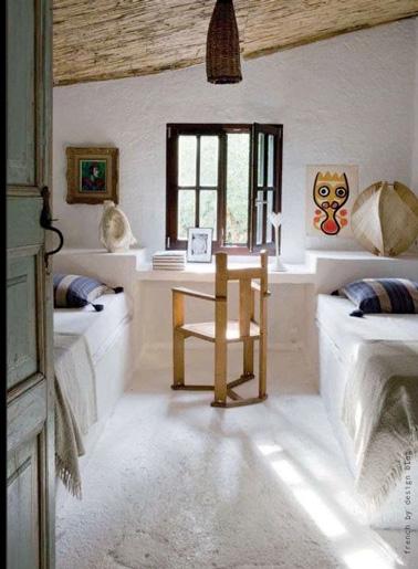 La habitación de un niño pequeño encuentra su lugar en el ático con una decoración en colores naturales.  Un capullo acogedor para que los niños tengan dulces sueños.